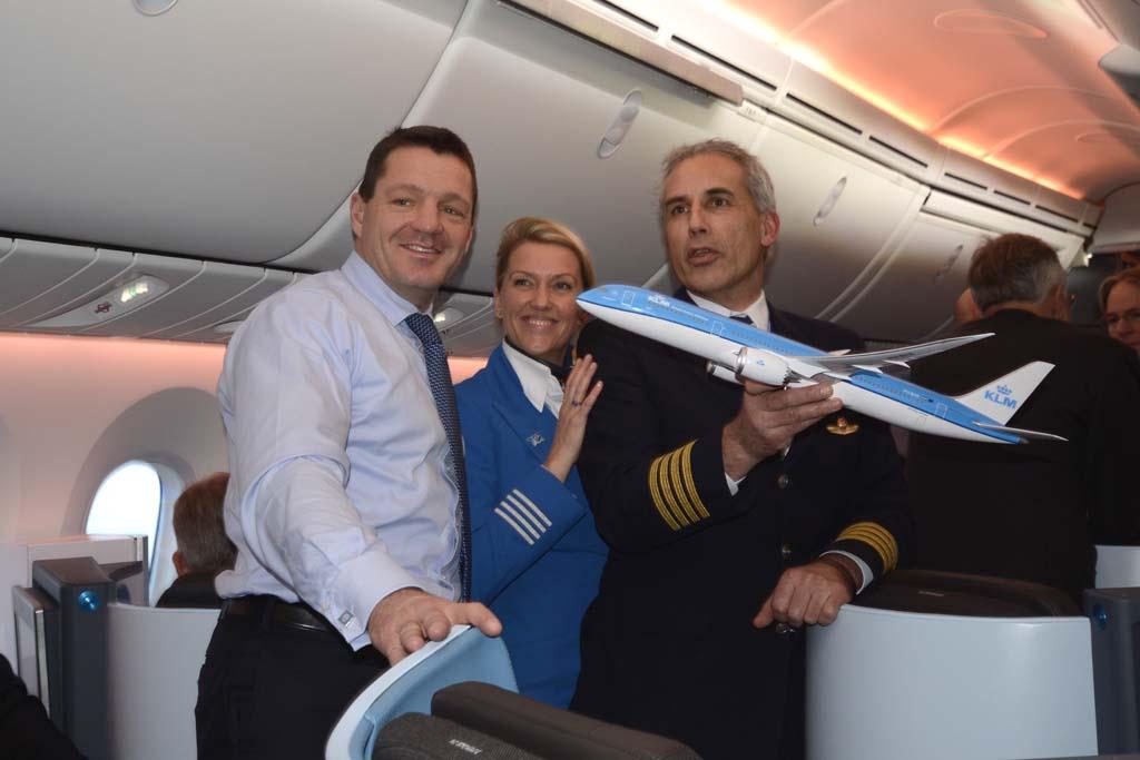 Pieter Elbers, presidente de KLM con Bouke Rypma, piloto del vuelo de entrega del Boeing 787 desde Seattle y la sobrecargo del vuelo.