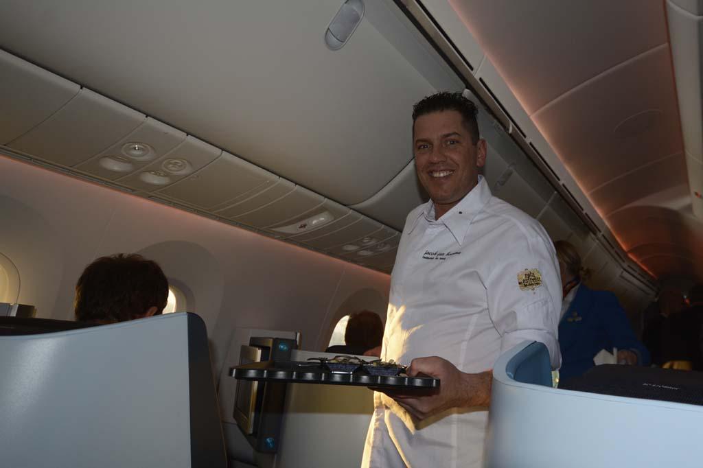 Jacob Jan Boerma con una bandeja con uno de los aperitivos que sirvió a bordo.