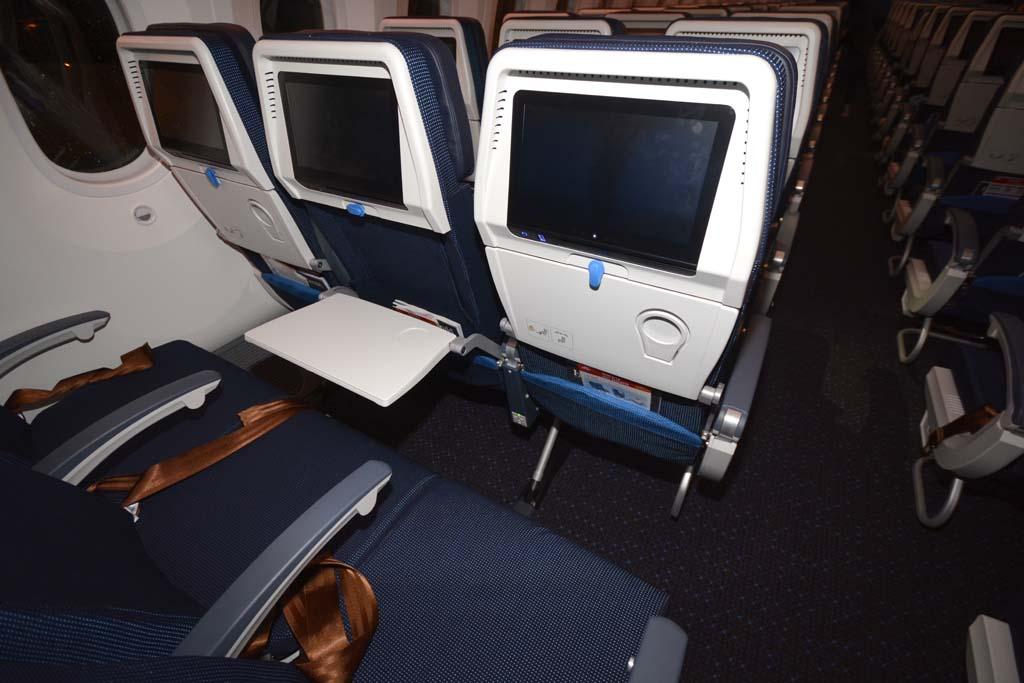 Respaldos de los asientos de turista y turista superior. En la parte inferior, entre los asientos se encuentran los enchufes eléctricos.