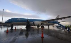 Embarque bajo las últimas gotas de lluvia en Amsterdam en el nuevo Boeing 787 de KLM.