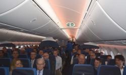 Pasajeros del vuelo de presentación del Boeing 787 de KLM. Economy Confort y Economy van separadas con unas pequeñas pantallas colgantes.