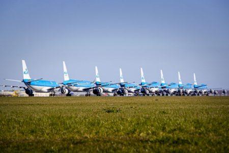 Aviones de  KLM parados en el aeropuerto de Amsterdam.