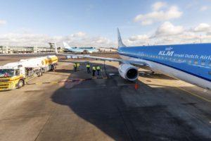 Repsotaje en el aeropuerto de Ámsteram Schiphol del Boeing 737 PH-BCH para el vuelo a Madrid con keroseno sintético.