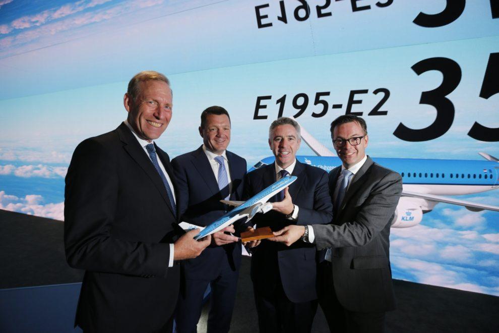 Anuncio del acuerdo entre KLM y Embraer en el salón de Le Bourget.
