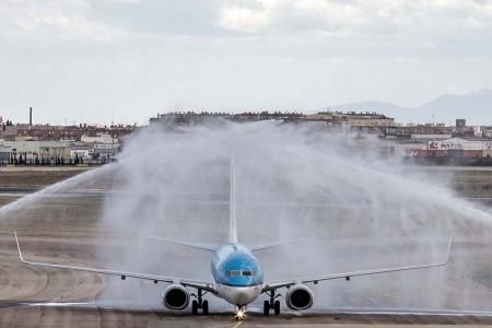 Recibimiento con un arco de agua al primer Boeing 737 de KLM en Valencia.
