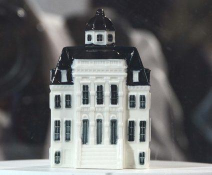El palacio Huis ten Bosch, la botellita que KLM entregará a lo largo del próximo año a sus pasajeros de business y primera en vuelos de largo radio.