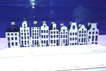 Algunas de las 100 casitas-botella que KLM ha regalado a lo largo de su gistoria.
