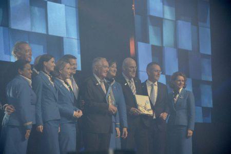 Leo van Wijk, Pieter Bouw y Peter Hartman, los tres ex presidentes de KLM reciben los primeros ejemplares del libro que celebra los 100 años de KLM.
