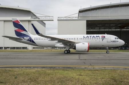 """El cartel en el morro del primer A320neo de LATAM hace presuponer que pronto veremos un A320neo mexicano con un cartel similar de """"Primer A320neo de Norteamérica"""""""