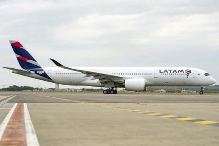 De los seis A350 que Latam tiene en servicio, tres lucen los colores de TAM y tres los de Latam.
