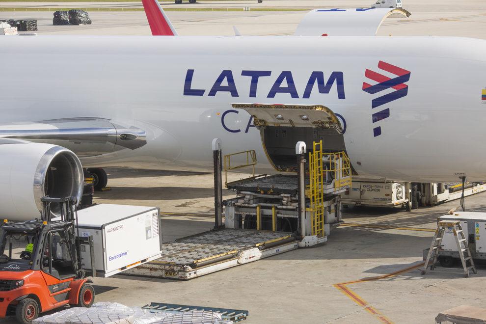 Carga de un contenedor con vacunas en un avión de LATAM.