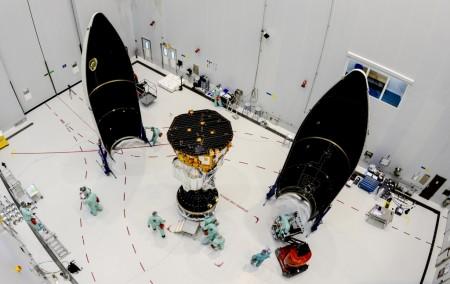 El LISA Pathfinder listo para ser encapsulado en la cofia del lanzador Vega.