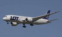 El Boeing 787 de LOT que operará para Air Europa llegando a Madrid.
