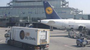 Camión de subida a bordo de catering de LSG Sky Chefs en el aeropuerto de Frankfurt.