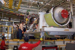 Personal de LTK trabajando en la FAL del Airbus A400M en Sevilla.