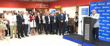 Ceremonia con diversas autoridades cubanas en el aeropuerto José Martí de La Habana.