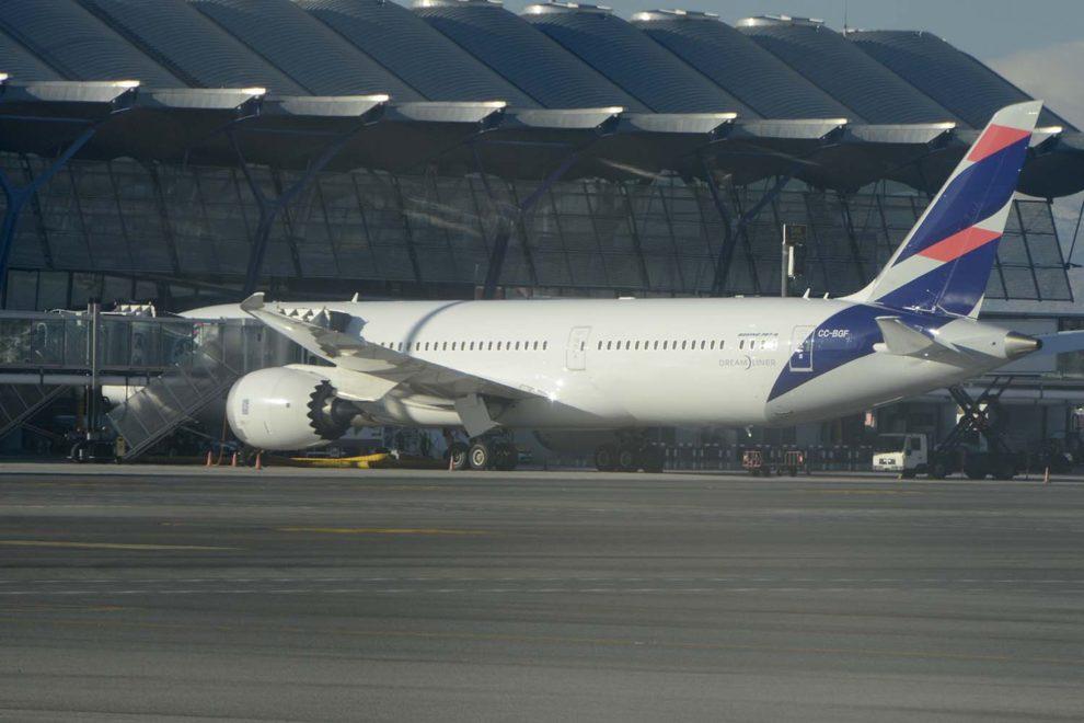 Boeing 787 de Latam en el aeropuerto de Madrid Barajas esperando sus pasajeros para Santiago de Chile.