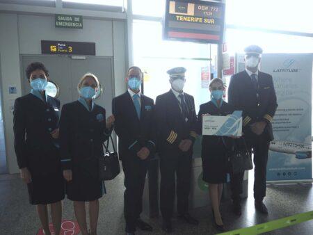 La tripulación del primer vuelo en el aeropuerto de Vigo a la espera del protocolario corte  de cinta.