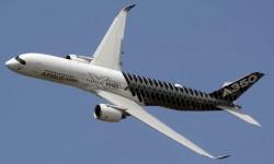 El Airbus A350 llegó a le Bourget con el presidente francés Francoise Hollande a bordo.q