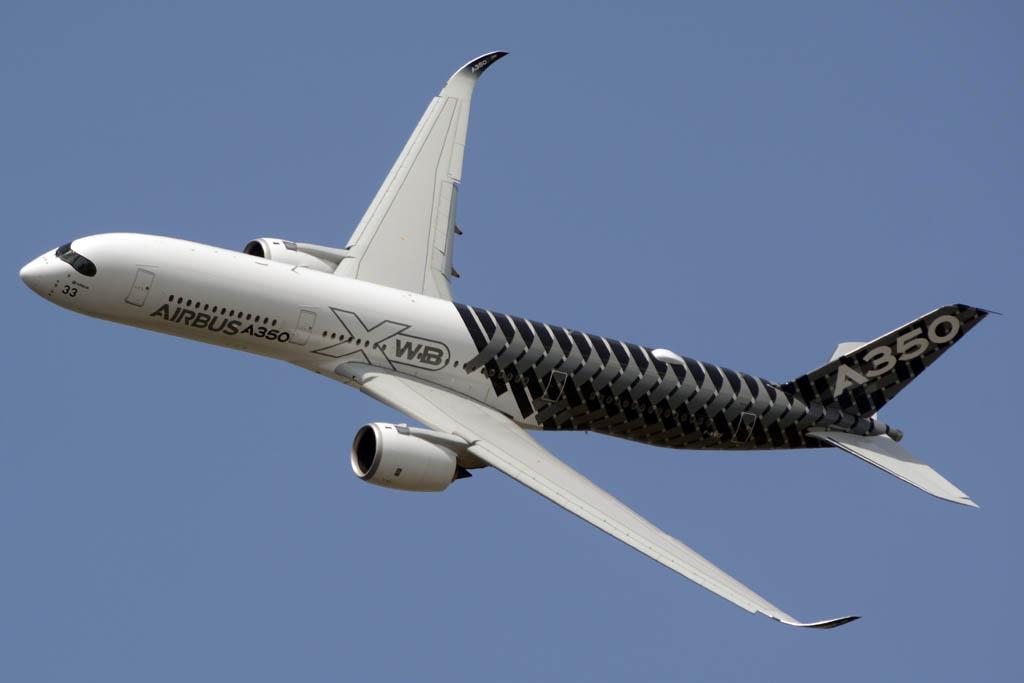 El Airbus A350 llegó a le Bourget con el presidente francés Francoise Hollande a bordo.