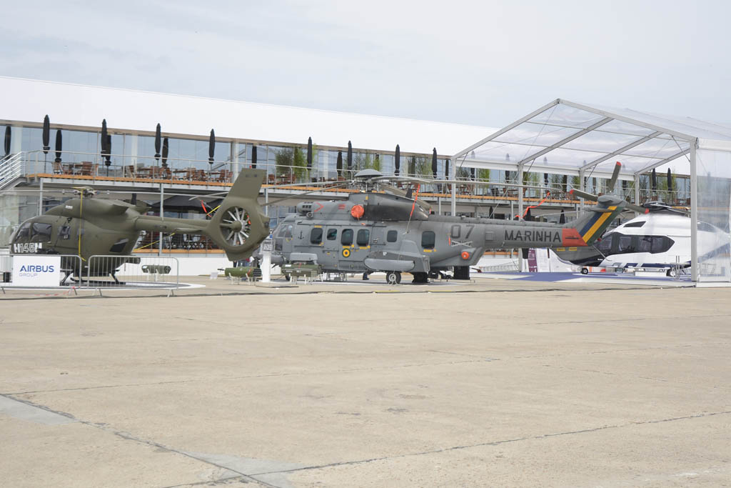 Airbus Helicopters un Super Puma y las maquetas de los H145 y H160.