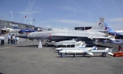 Paquistán ha mostrado el JF-7 desarrollado a partir del MiG-21 junto a China.