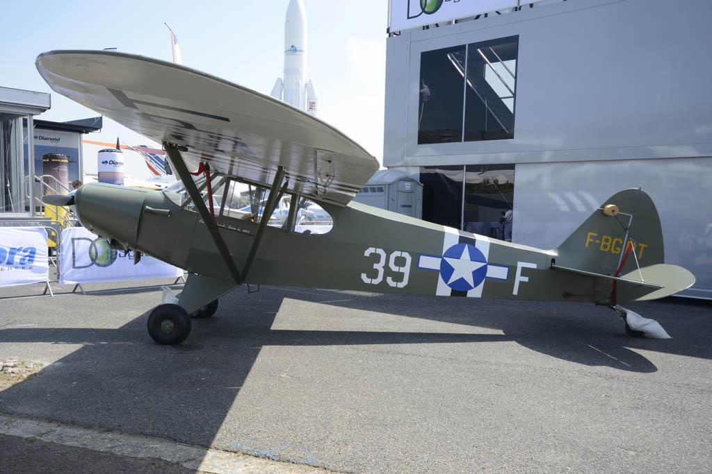Piper PA-18. Uno de los muchos clásicos presentes.