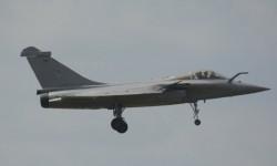 Uno de los múltiples Rafale presentes al final de su vuelo de demostración.