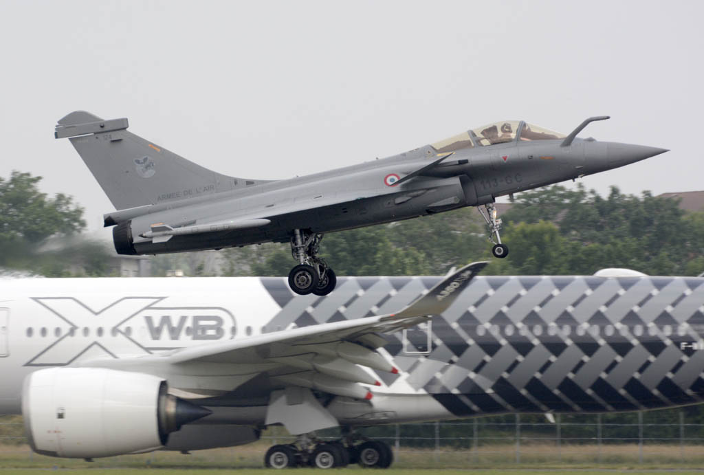 El Rafale regresando de su demostración en vuelo.