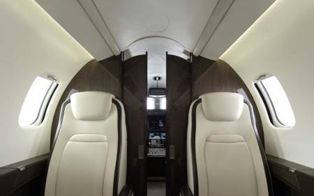 Detalle de la puerta de separación en el Learjet 75.
