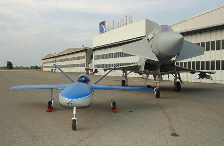 Uno de los posibles usos del Sky-X evaluados por Alenia (hoy Leonardo) fue el dron de acompañamiento a aviones de combate tripulados.