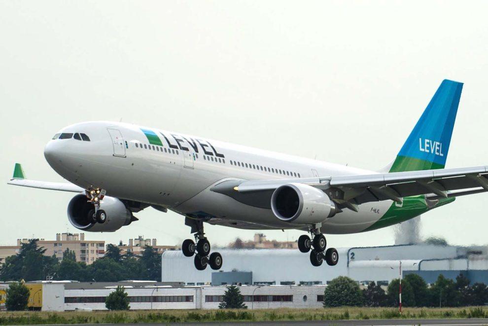 Llegada a París del primer A330 de Level Francia.