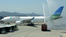 Saludo en Barcelona con un arco de agua al vuelo inaugural de Level en julio de 2017 a su salida.