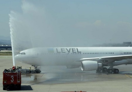 Arco de agua para saludar la primera salida de level desde Barcelona.