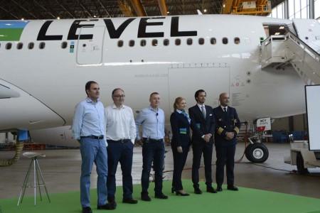 Willie Walsh (tercero por la izquierda), acompañado de Javier Sánchez Prieto, presidente de Vueling (a la izquierda) y Luis Gallego, presidente de Iberia (entre ellos), junto a tres tripulantes de Level.