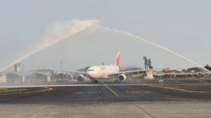 Arco de agua en Guayaquil para celebrar la llegada del primer vuelo de Iberia al aeropuerto de la ciudad.