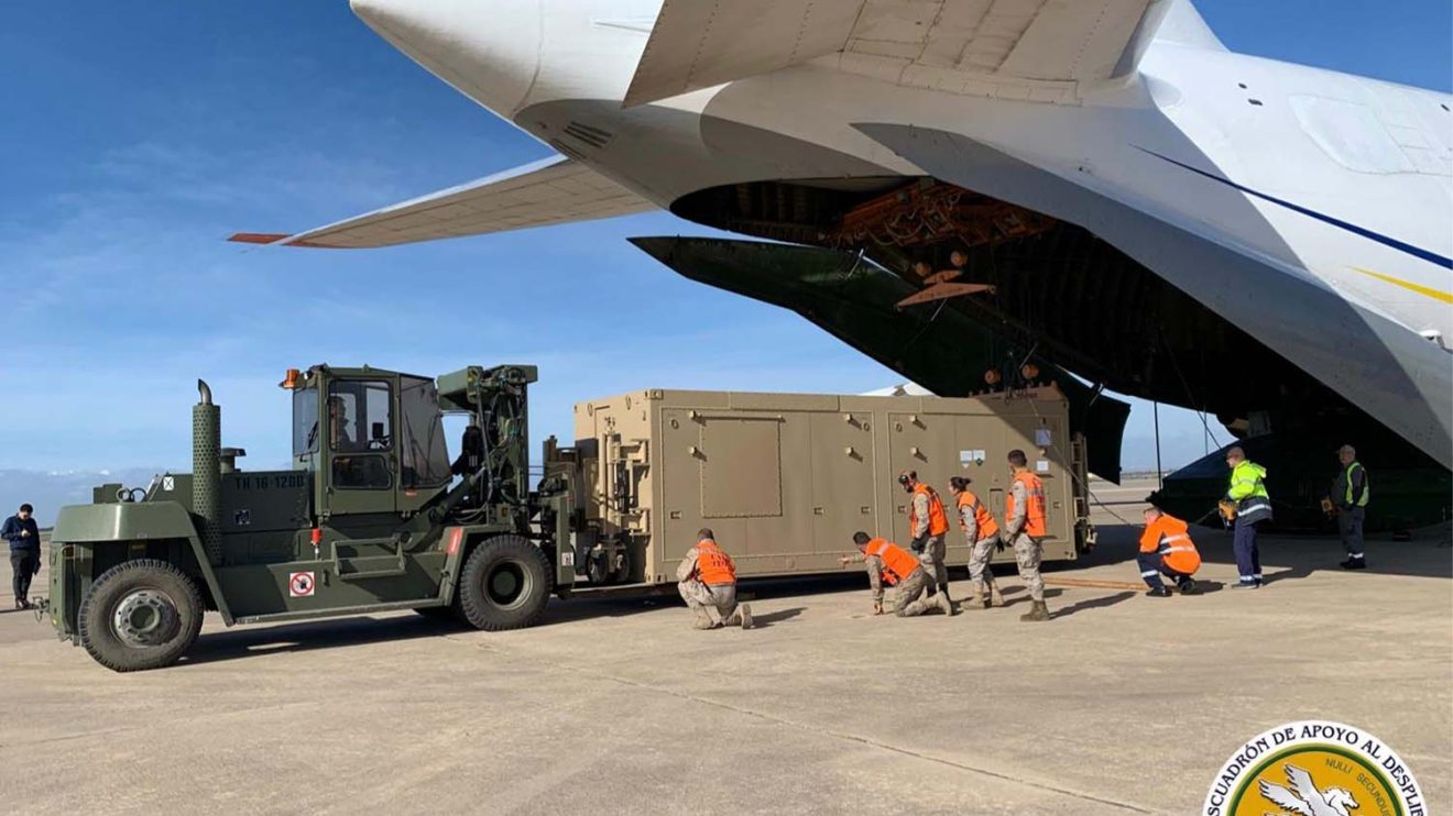 Los contenedores de los Predator B fueron descargados por el personal de la SEADA con ayuda de las grúas internas del An-124.