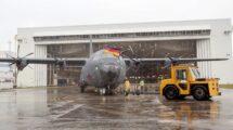 El primer C-130J de la Fuerza Aérea alemana sale, bajo la lluvia, del hangar de pintura de Lockheed Martin en Marietta.