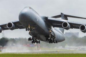Despegue hacia la base aérea de Westover del último de los 52 C-5 modernizados.