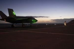 Uno de los F-35B del 207 Escuadrón de la RAF listo para las operaciones nocturnas a bordo del HMS Queen Elisabeth.