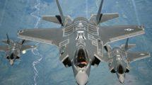 Vuelo en formación de tres Lockheed Martin F-35A de la USAF .