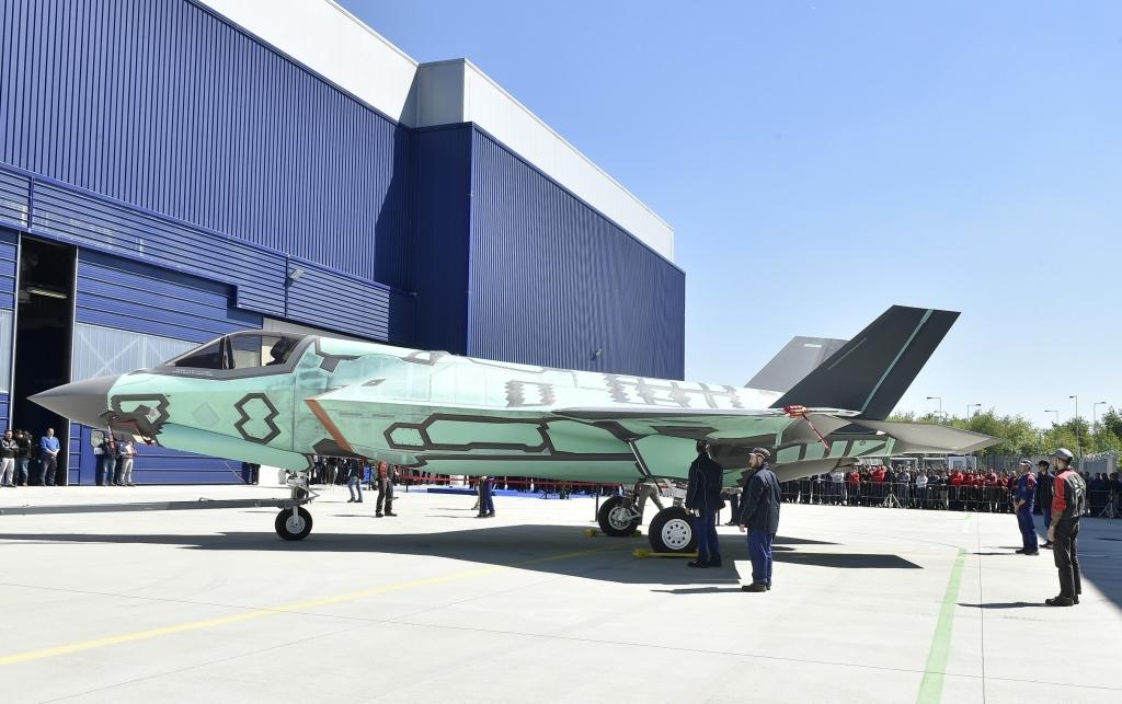 El primer Lockheed Martin F-35B producido en Italia durante la ceremonia de rolllout en Cameri.
