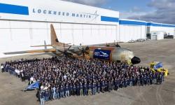El primer LM-100J a las puertas del hangar de producción con el personal involucrado en su montaje.