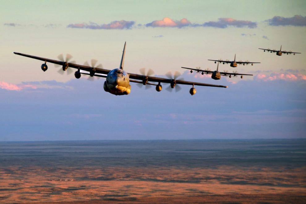 Aviones MC-130J Commando del 52 Escuadrón de Operacions Especiales de la USAF durante una misión de entrenamento,.