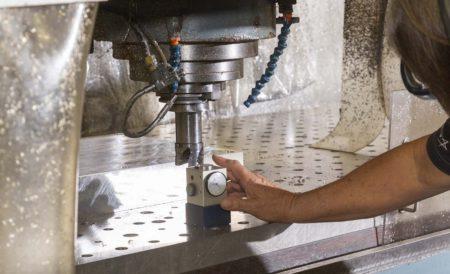 Calibración de la máquina de producción de la primera pieza del X-59 antes de comenzar a trabajar el bloque de aluminio.