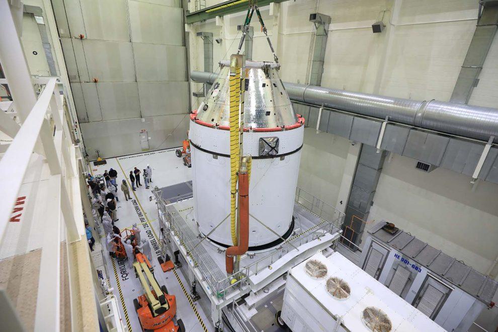 La cçapsula Orion (sección plateada) y el módulo de servicio (blanco) .