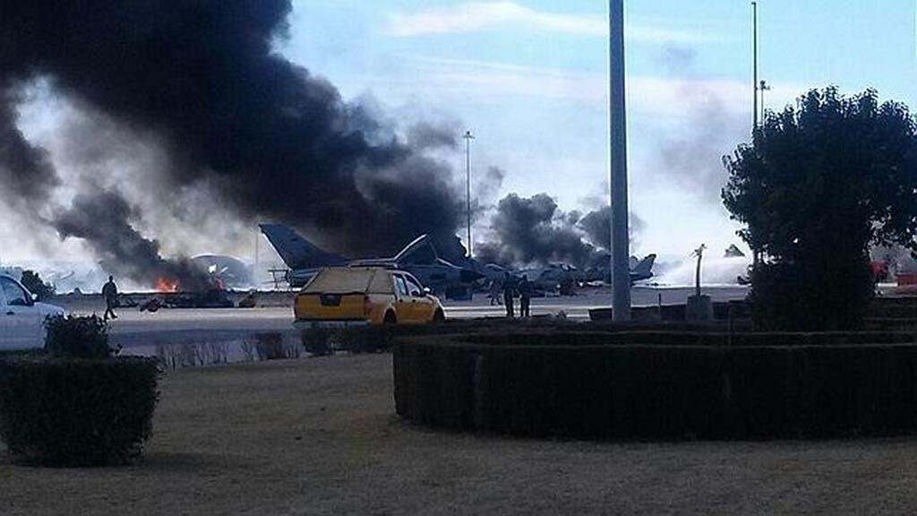 Incendio en la plataforma de Albacete tras el impacto del F-16 griego.
