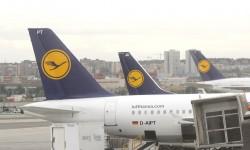 Incluso en la distancia se aprecia el tamaño del A380 frente a otros aviones de la propia Lufthansa