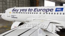 Detalle del Airbus A320 ya con los vinilos con el slogan aplicados.