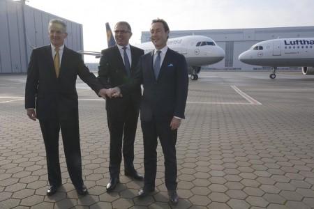 Leduc (Pratt & Whitney), Spohr (Lufthansa) y Bregier (Airbus) (de izquierda a derecha) frente a los dos primeros Airbus A320neo de Lufthansa.